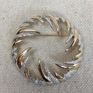 Vintage Sarah Coventry two tone Circle Wreath pin